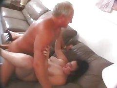 Cewek berbulu gemuk fucked oleh orang tua